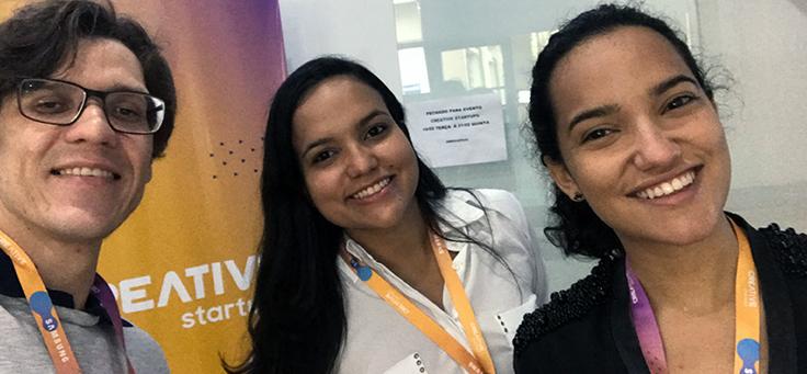 A jovem cientista Júlia Nascimento está ao lado da irmã, Nathália, e de Rheyller Vargas com quem desenvolveu um bafômetro capaz de diagnosticar 15 tipos de doenças.