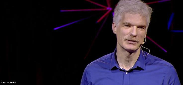 O alemão Andreas Schleicher, diretor de educação e competências da Organização para a Cooperação e Desenvolvimento Econômico (OCDE), está usando camisa roxo e falando ao microfone em palestra do TED.