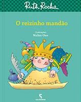 Capa de O Reizinho Mandão, livro do universo infantojuvenil, tem cores vivas e traz um menino com uma coroa na cabeça e um papagaio no ombro escrevendo com uma pena em um pergaminho.