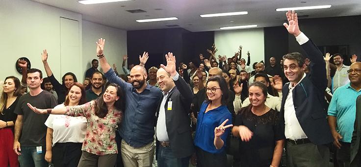 Prefeito Bruno Covas e diretor-presidente Americo Mattar, da Fundação Telefônica Vivo, estão ao centro, rodeados pelos jovens dos projetos apoiados pelo Vai Tec.