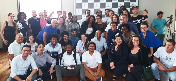 Grupo com cerca de 40 pessoas entre jovens dos projetos acelerados pelo Vai Tec e dos empreendedores que deram dicas ao longo do processo está posando para foto.