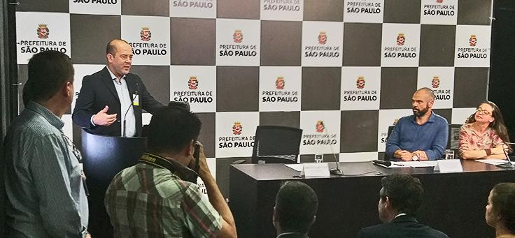 Americo Mattar, diretor-presidente da Fundação Telefônica Vivo, está falando ao microfone durante o encerramento do Vai Tec, com o prefeito Bruno Covas e a secretária Aline Cardoso ao fundo.