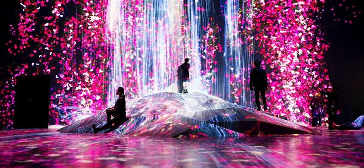 O Mori Building Digital Art Museum, inaugurado em Tóquio, é o primeiro totalmente dedicado à arte digital. Na imagem há projeções em paredes que lembram flores nas cores rosa e vermelho, em meio às imagens pessoas vagueiam e observam.