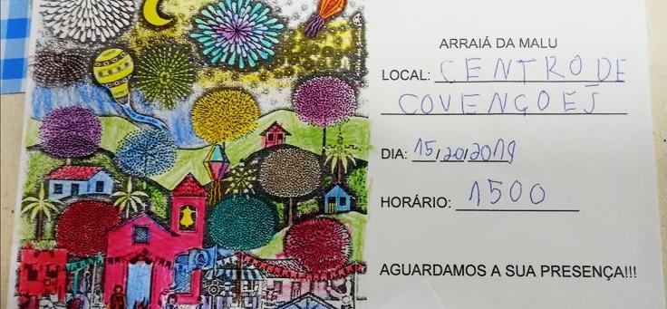 """Imagem mostra um convite de papel, feito pelos alunos, onde se lê """"Arraiá da Malu"""" e tem informações de nome, dia e horário, com a frase final: aguardamos a sua presença."""