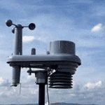 O gif mostra uma imagem de uma cidade vista do alto com diversos pontos piscando. Em seguida é possível ver um sensor em funcionamento. Ele mede velocidade, vento, umidade, volume e intensidade de chuva e a temperatura.