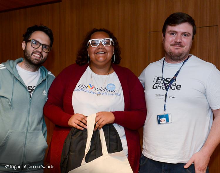 Participantes do Projeto Voluntários Pense Grande posam para foto