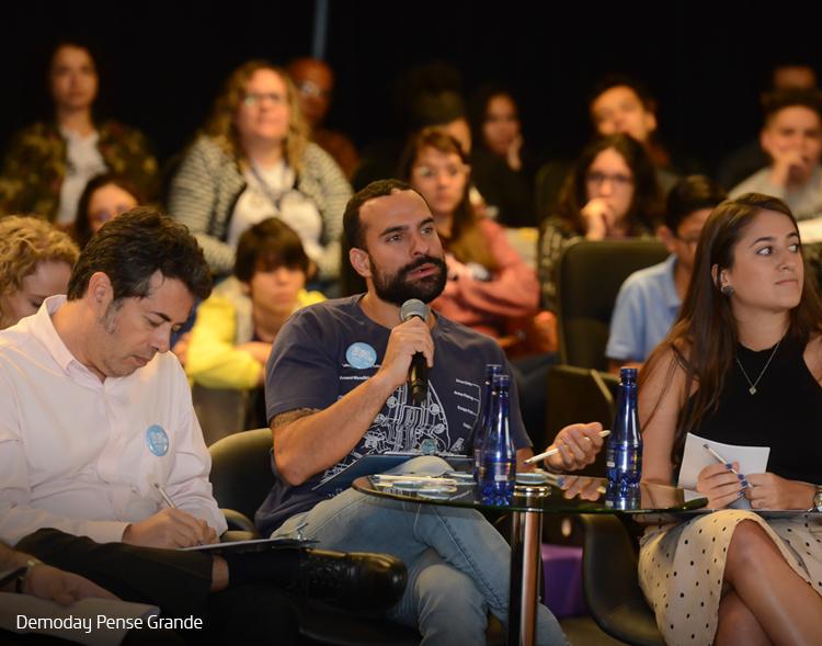 Imagem mostra convidados do evento Demoday na plateia
