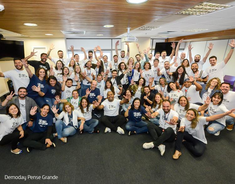 Participantes do Projeto Voluntários Pense Grande posam para foto em grupo