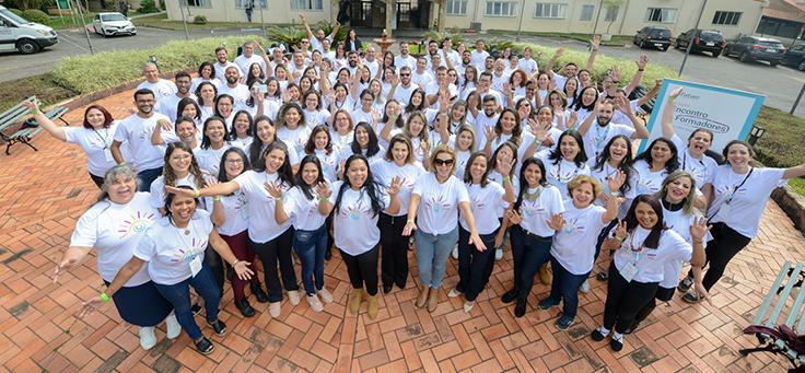 Participantes do 1º Encontro de Formadores do Aula Digital posam para foto em grupo
