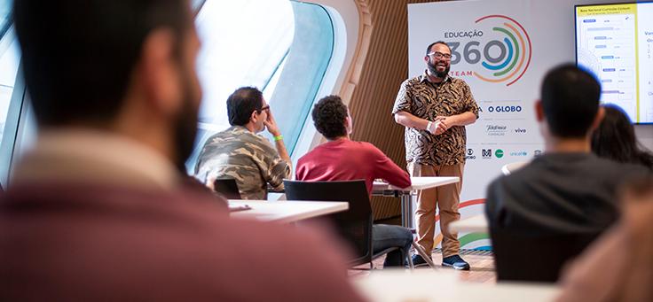 Na imagem, Beto Silva está sorrindo e interagindo com a plateia durante um do workshops do evento 360 STEAM, que debateu novos caminhos para inovação por meio de lições de Leonardo da Vinci.