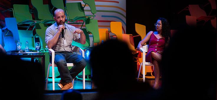 O diretor-presidente da Fundação Telefônica, Americo Mattar, fala durante o evento. Ao lado dele está a jovem Hemily Correia, de Cáceres (MT)