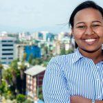 Imagem mostra a jovem Betelhem Dessie de camisa azul e branca. Ao fundo se vê a cidade de Addis Abeba, na Etiópia