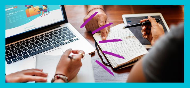 Imagem destaca as mãos de três pessoas fazendo anotações em um caderno e apontando para outro caderno com anotações já escritas. Há também um notebook aberto, no qual é possível visualizar a página web do Desafio Inova Escola.