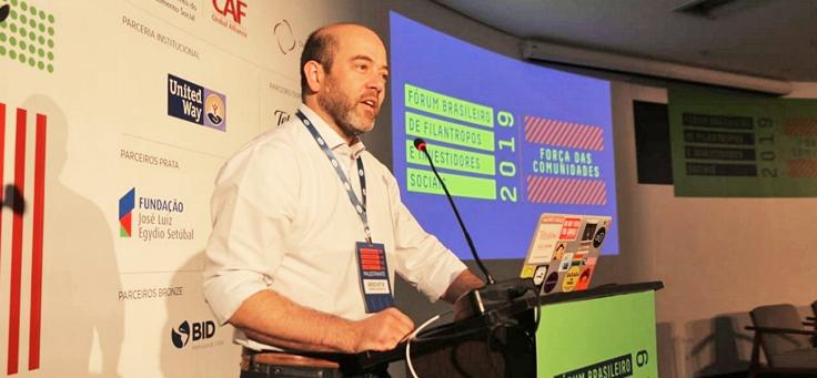 Imagem mostra Americo Mattar, diretor-presidente da Fundação Telefônica Vivo durante no palco durante sua participação no Fórum Brasileiro de Filantropos e Investidores Sociais