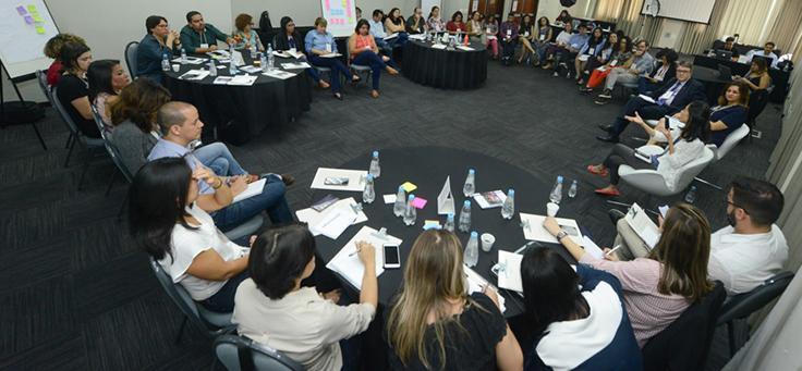 Em primeiro plano, mesa redonda reúne integrantes da rede do Escola Digital durante o encontro ocorrido em São Paulo.