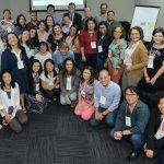 Imagem mostra os integrantes da rede do Escola Digital, que forma um grupo de cerca de 40 pessoas, com alguns em pé e outros sentados.