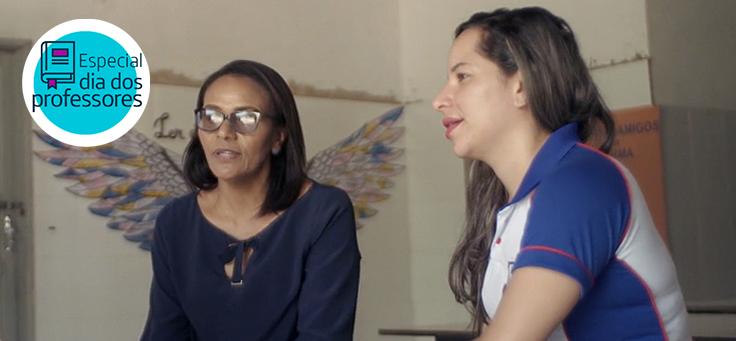 A professora Maria Eunice está à esquerda da professora Débora, com quem trocou experiências sobre inovação no vídeo. Ao fundo, atrás dela, há um grafite de asas na paede.