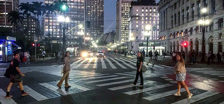 Equipe do Sampaapé está pousando para foto em faixas de pedestre de rua de São Paulo. Coletivo é uma das iniciativas voluntárias que transformam a vida em cidades.