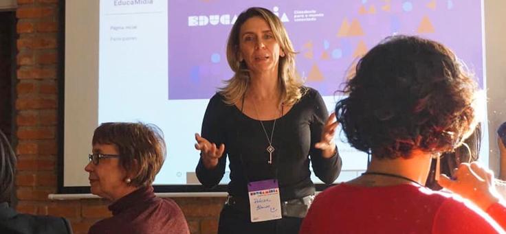Imagem de Patrícia Blanco, presidente do Instituto Palavra Aberta e responsável pelo projeto EducaMídia, durante uma das formações.