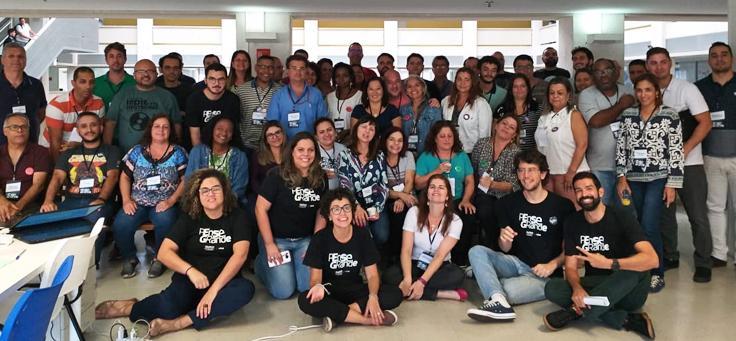Na imagem, grupo que participou da formação do Pense Grande posa para foto usando a camiseta do programa