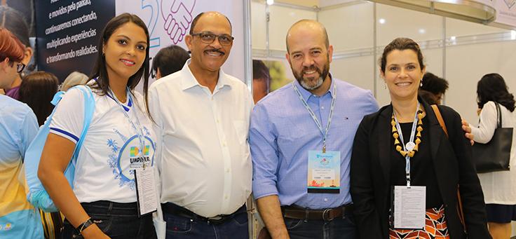 Americo Mattar, diretor-presidente da Fundação Telefônica Vivo, e Mila Gonçalves, gerente de Programas Sociais posam para foto com parceiros durante o 17º Fórum Nacional da Undime