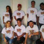 Jovens posam para foto com a camiseta da iniciativa Vai na Web junto com a educadora Cris dos Prazeres