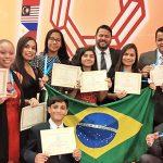Jovens brasileiros posam para foto durante competição internacional de matemática