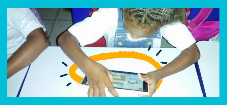 Imagem mostra uma criança mexendo em um tablet