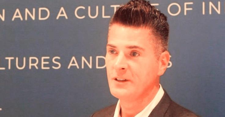 Imagem mostra o VP de Educação Global da Microsoft, Anthony Salcito, durante o evento EnlighTED