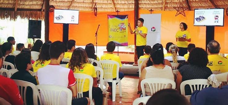 Plateia de alunos assiste à palestra do projeto que contribui para a formação de jovens.