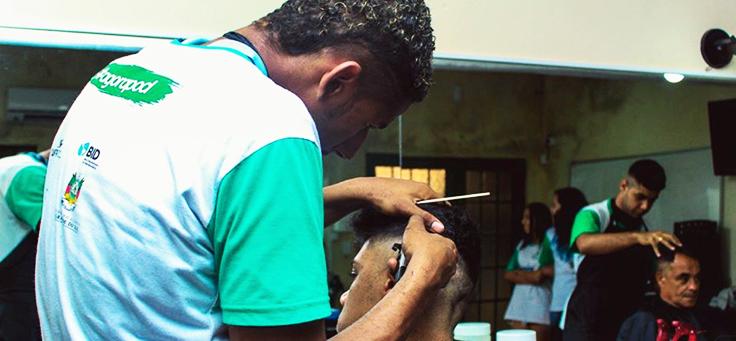 Jovens barbeiros estão cortando o cabelo de outros meninos em projeto que figura em lista sobre iniciativas para formação de jovens que geram impacto social.