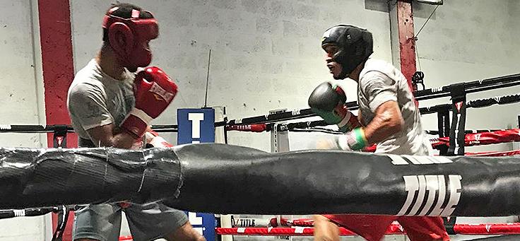 Imagem mostra dois homens em um ringue na Academia Champion