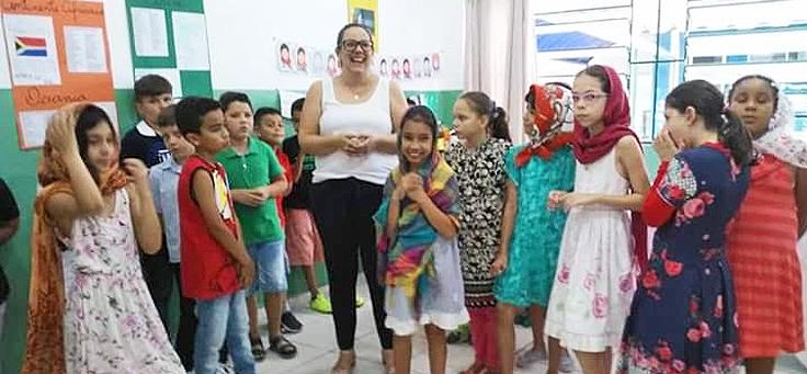 Imagem da professora Marcela Oliveira, da EMEF Paulo Thomaz da Silva, em Itatinga (SP) com seus alunos