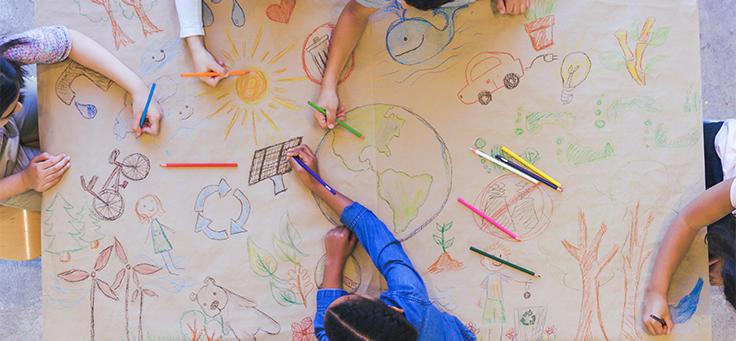 Imagem mostra cinco crianças desenhando diversas coisas, como o globo terrestre, árvores e bicicletas para ilustrar o Informe Social 2019 sobre projetos da Fundação Telefônica Vivo.